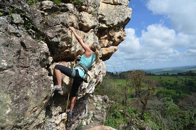 climber che si arrampica in parete